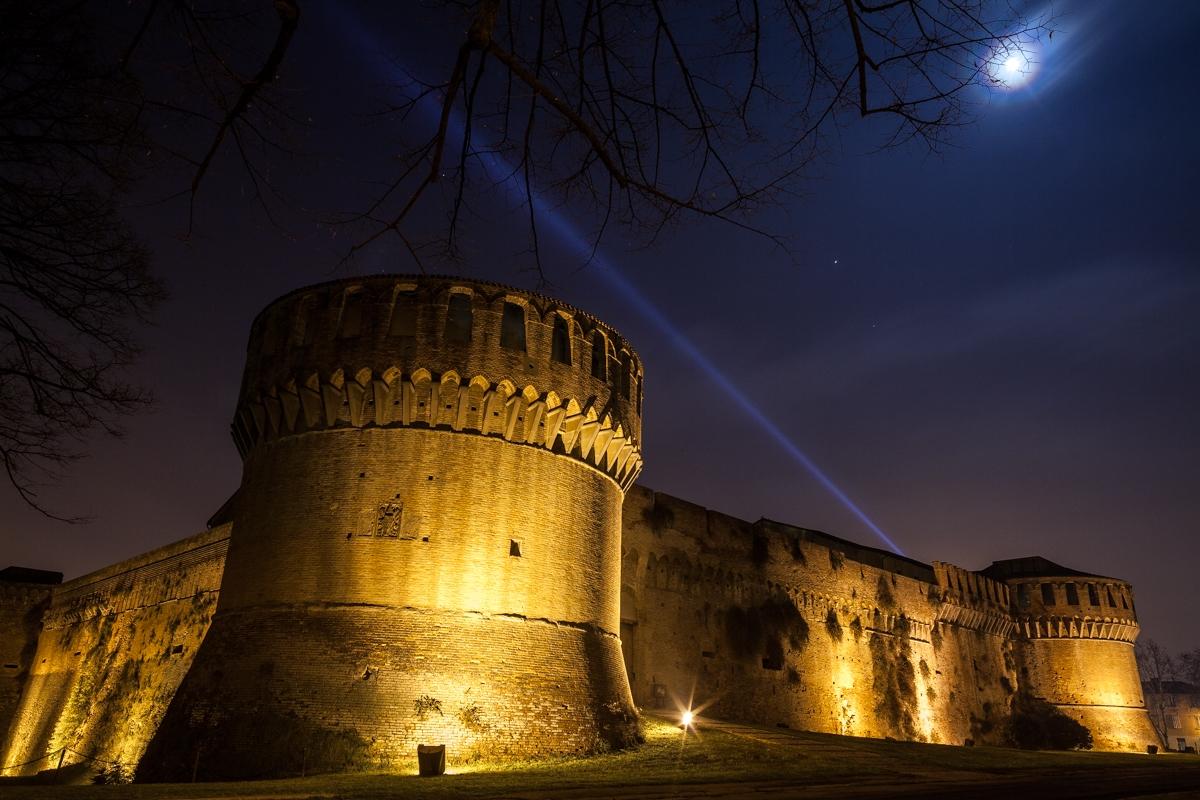 La Rocca Sforzesca illuminata dalle luci e dalla luna - Massimo Pellicciardi - Imola (BO)