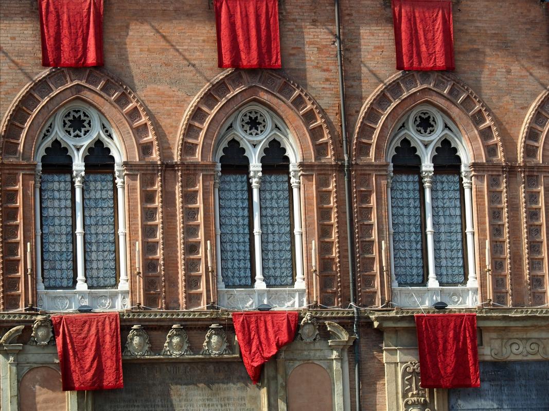 Palazzo d'Accursio - Finestre addobbate - MarkPagl - Bologna (BO)