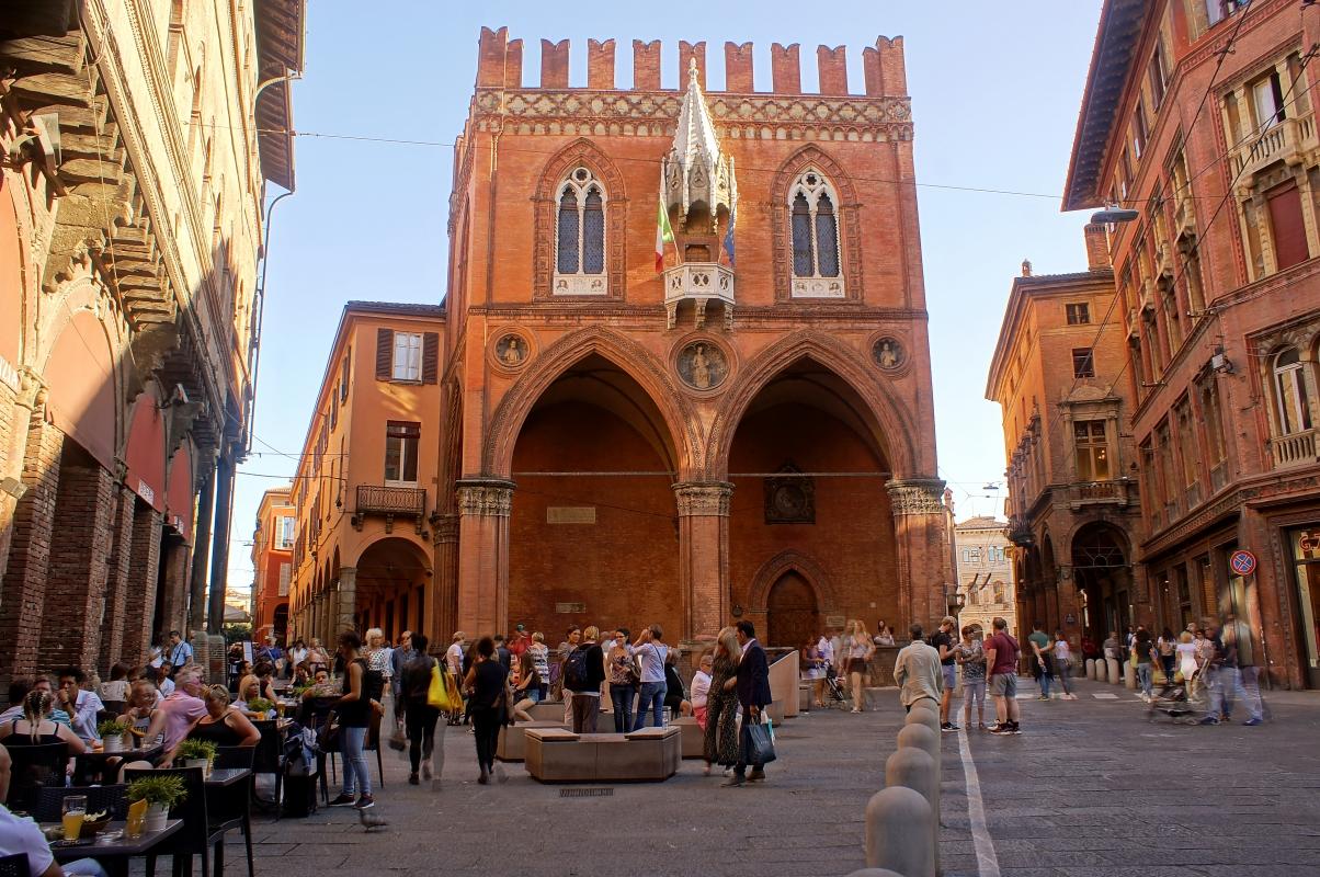 Bologna, Piazza della Mercanzia - Alessandro Siani - Bologna (BO)