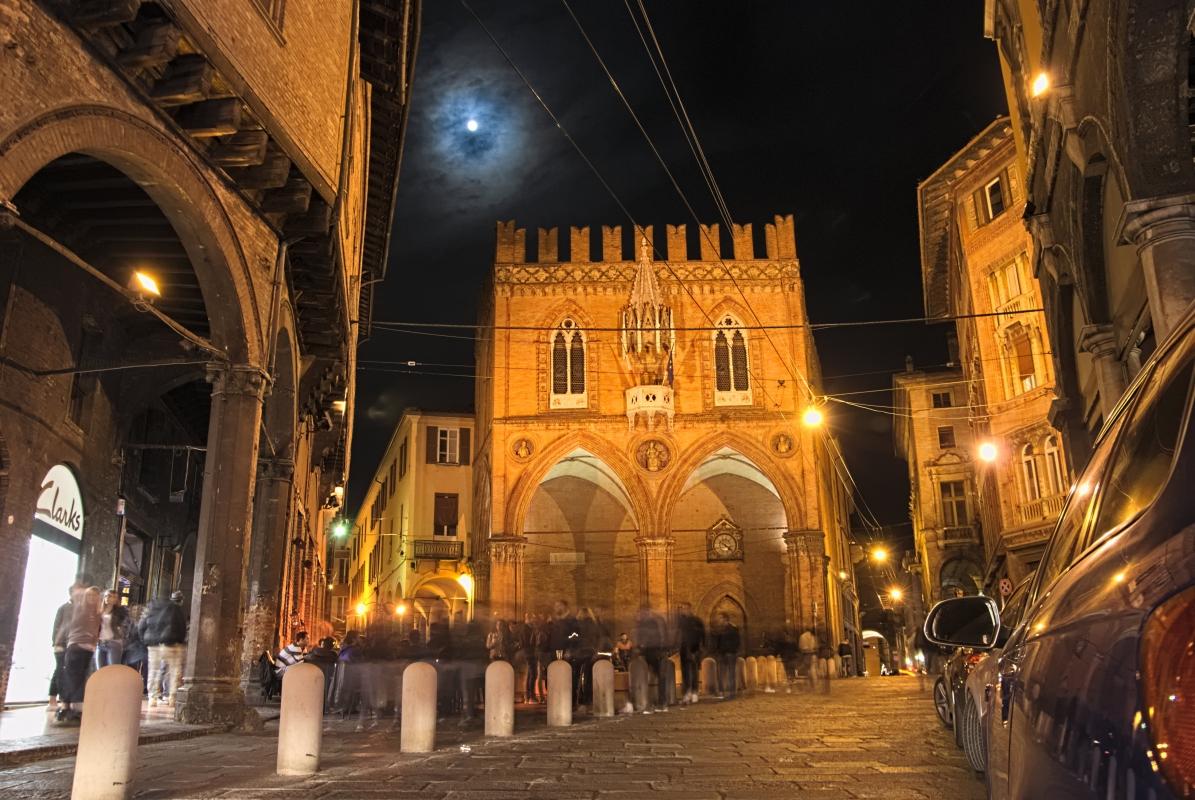 Piazza della Mercanzia di notte - Claudio Bacchiani - Bologna (BO)
