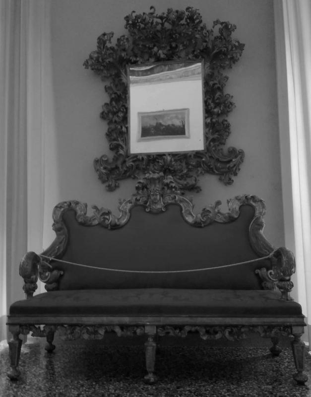 Palazzo Pepoli Campogrande divano e specchio - CesaEri - Bologna (BO)