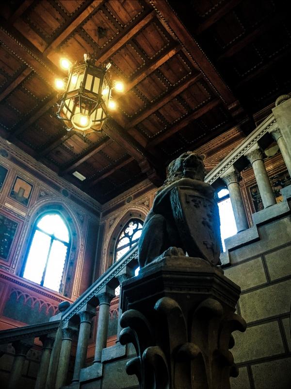 Atrio del Palazzo. Il leone di pietra di Arturo Orsoni - Anna magli - Budrio (BO)