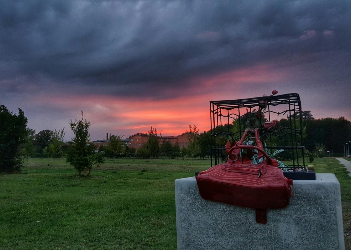 Parco Giardino Campagna, tramonto rosso al Monumento contro il Femminicidio - Enricopasini.ep - Zola Predosa (BO)