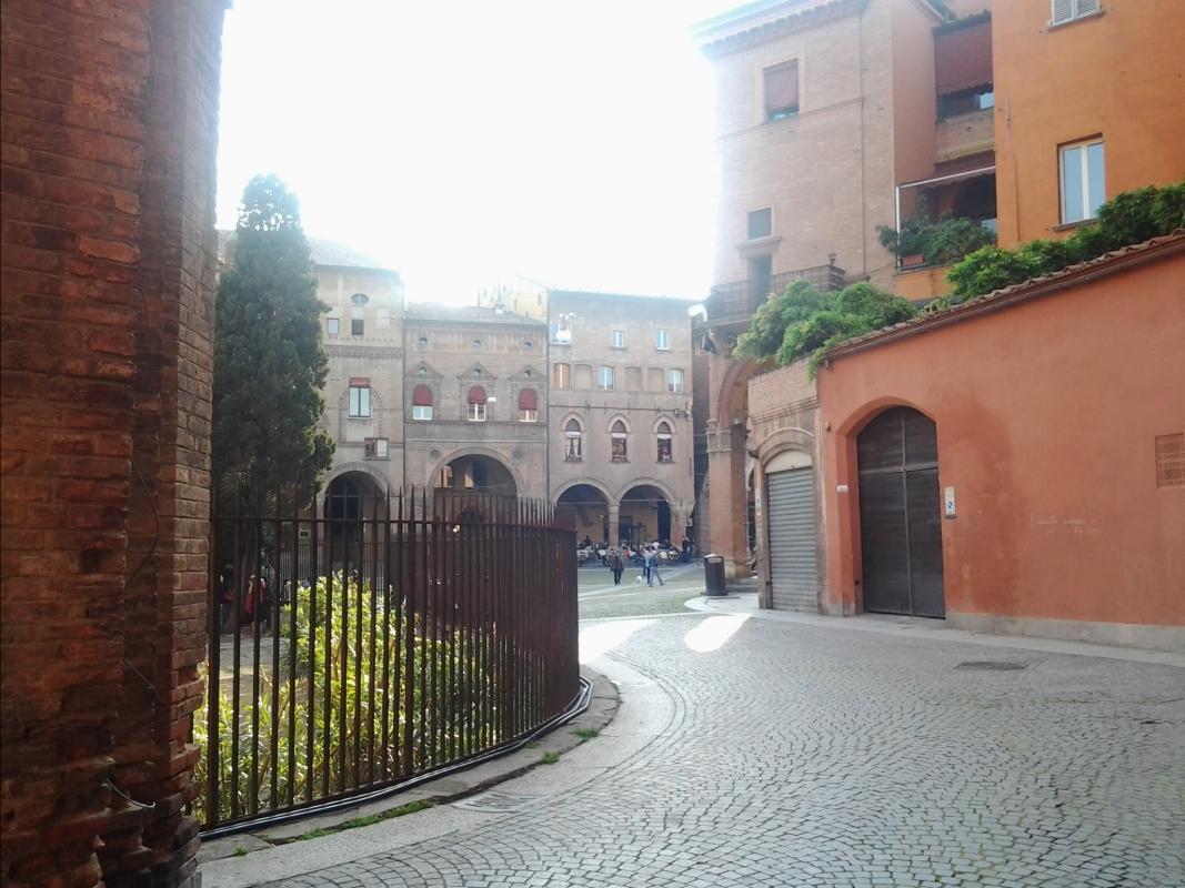 Piazza Santo Stefano ingresso da via Santa - Alessandro Conte Pai Pao Ren - Bologna (BO)