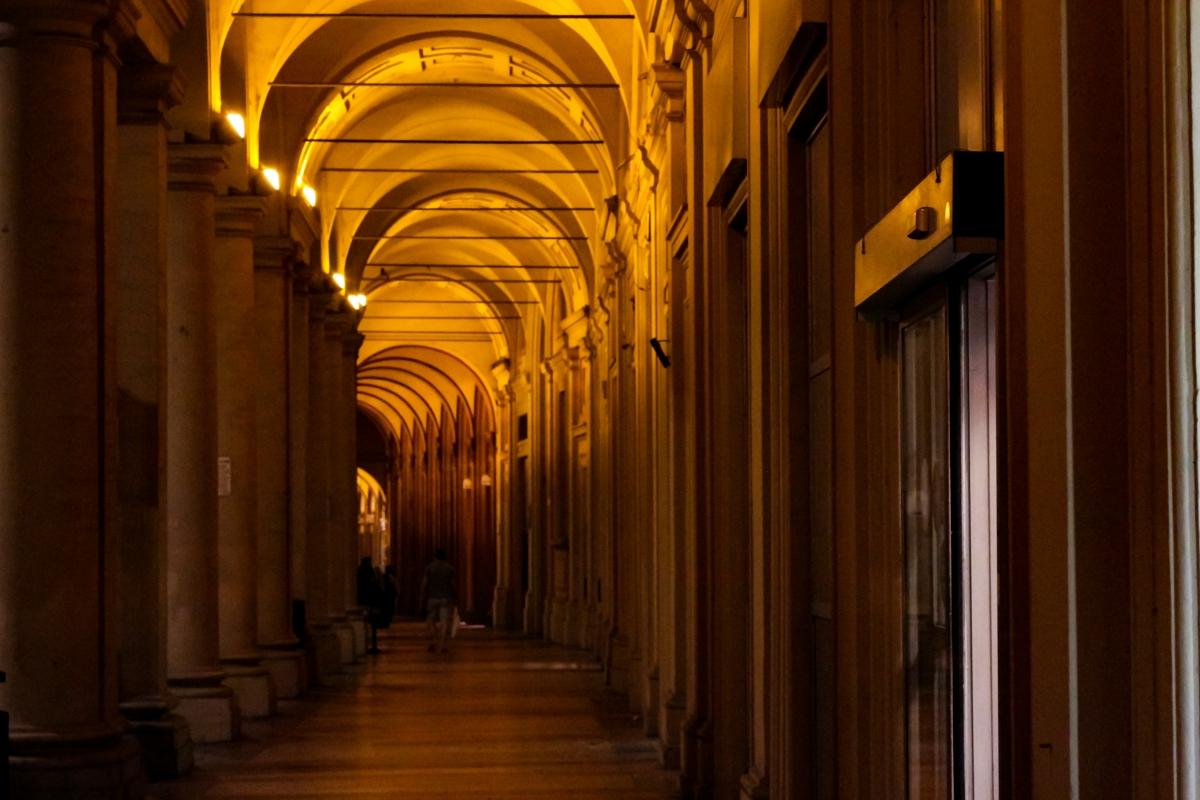 Portivi di Via Farini, lato Piazza Santo Stefano - Maddalena Osnato - Bologna (BO)