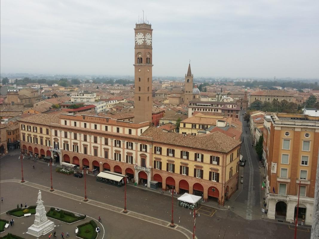 Vista della piazza Saffi di Forlì con il suo Palazzo Comunale e la sua Torre Civica - Chiari86 - Forlì (FC)