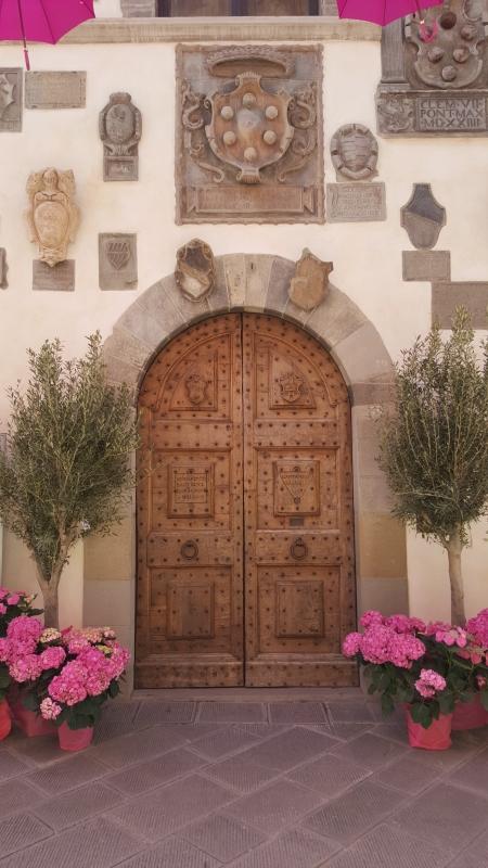 Portone del Palazzo del Capitano con le ortensie e gli ulivi - Marco Musmeci - Bagno di Romagna (FC)