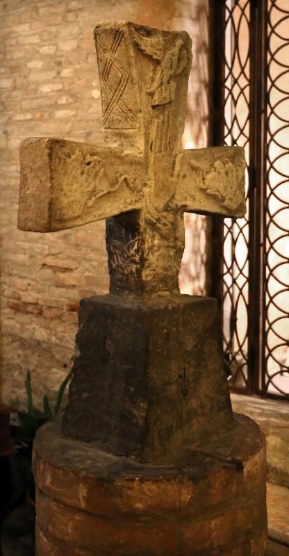Forlì, san mercuriale, interno, croce altomedievale scolpita con mani benedicenti, dal cimitero parrocchiale di Castiglione - Sailko - Forlì (FC)
