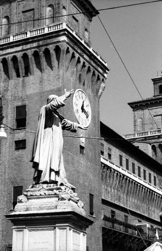 Ferrara - Castello Estense con, in primo piano, la statua di Giordano Bruno. - Emanuele Schembri - Ferrara (FE)