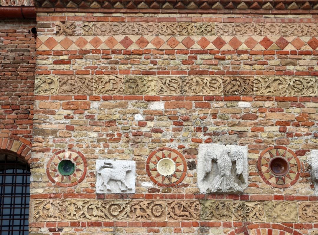 Pomposa, abbazia, atrio di mazulo del 1000-1050 ca., decori in cotto e in marmo 01 - Sailko - Codigoro (FE)