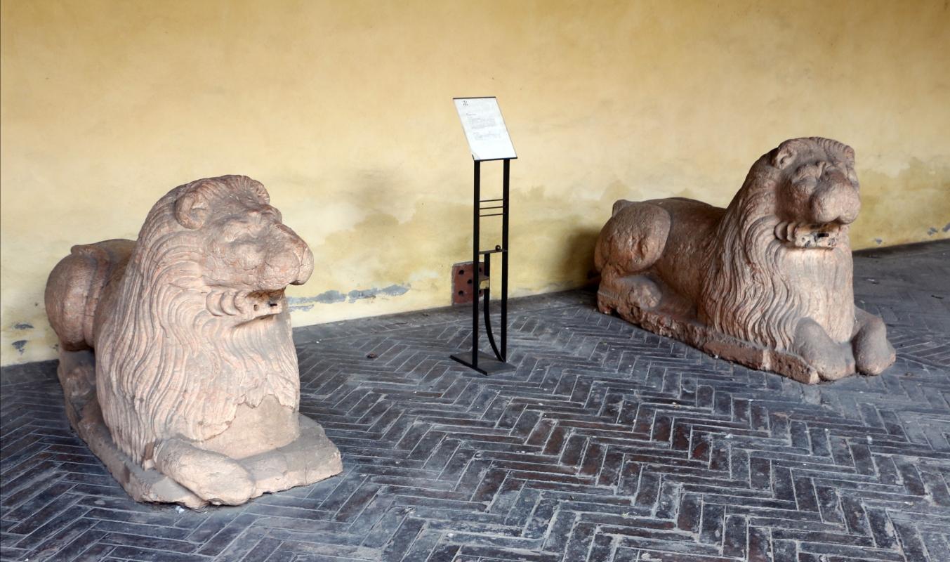 Casa romei, cortile, loggia 05 coppia di leoni del xiv in rosso veronese, da pal. prosperi sacrati - Sailko - Ferrara (FE)