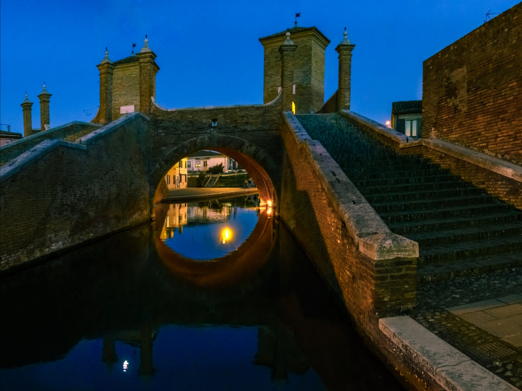 Ponte dei Trepponti nell'ora blu - Vanni Lazzari - Comacchio (FE)