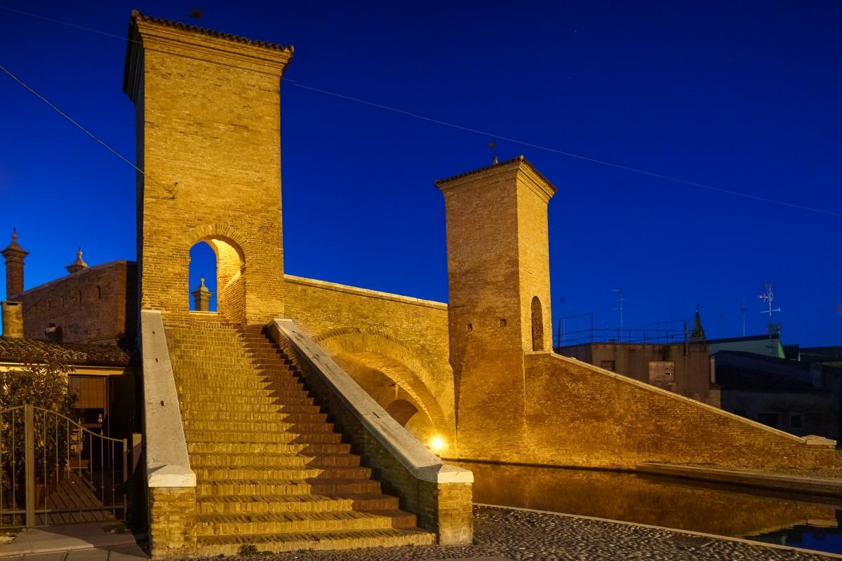 Trepponti di Comacchio nell'ora blu - Vanni Lazzari - Comacchio (FE)