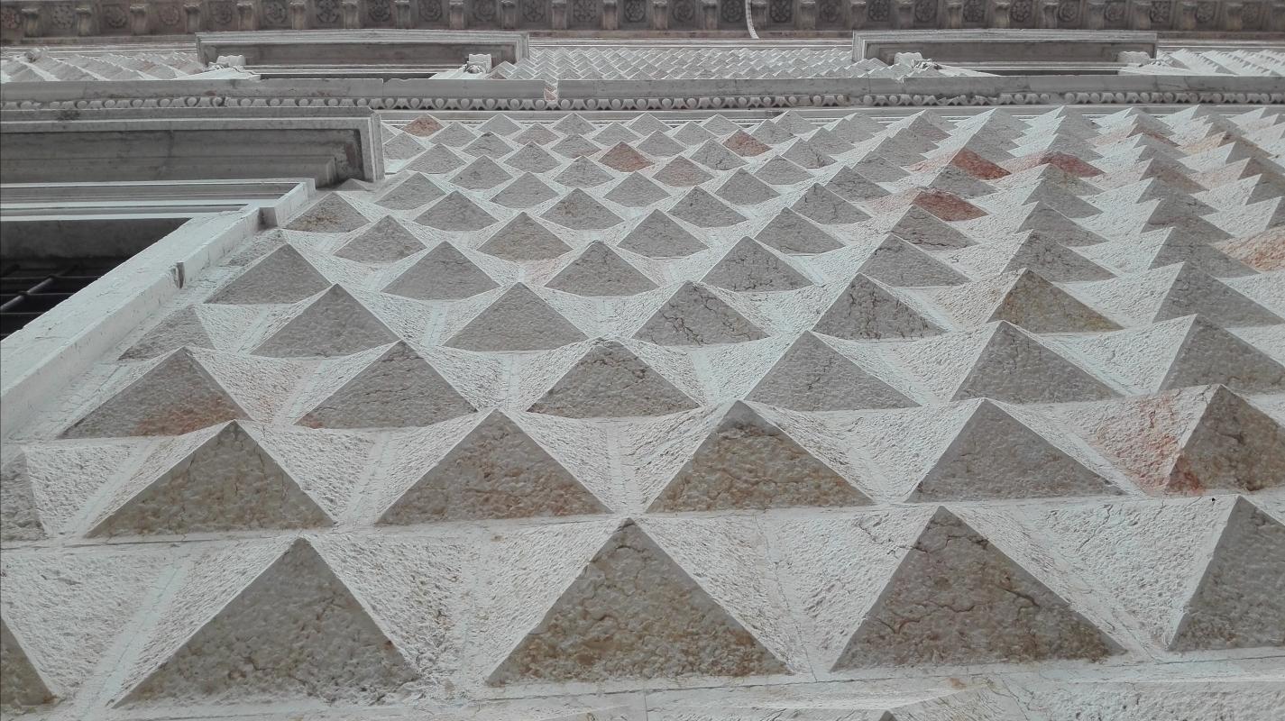 Borchie sulla facciata di Palazzo dei Diamanti - Aivalfantastic - Ferrara (FE)