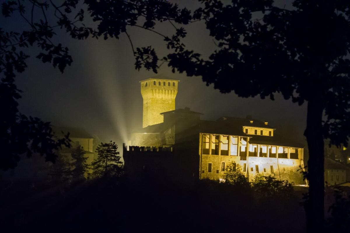 Castello di Levizzano Rangone visto da via Sapiana di notte ver2 - Steqqq - Castelvetro di Modena (MO)