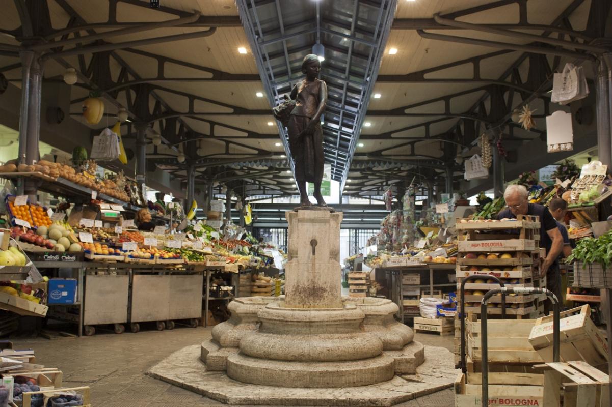 Fontana La portatrice di frutta - Fabrizio Zucchi - Modena (MO)