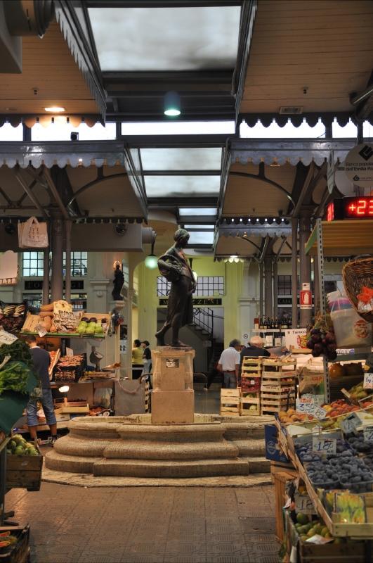 Fontana La portatrice di frutta del Mercato coperto di via Albinelli - Luca Santi - Modena (MO)