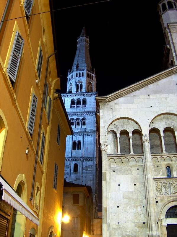 Ghirlandina tra via peschiera e il Duomo - Giandobert - Modena (MO)