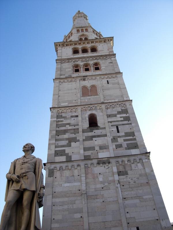 Torre Ghirlandina di Modena dal basso 2 - Matteolel - Modena (MO)
