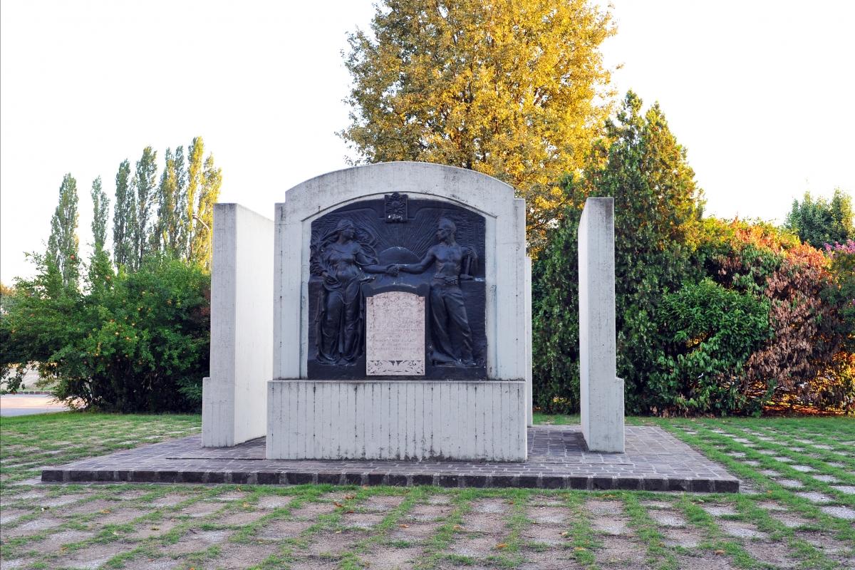 Monumento ai caduti in piazza Leonardo da Vinci - B.elena - Novi di Modena (MO)