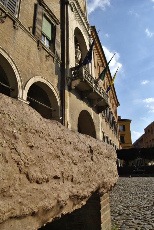 Scorcio del Palazzo Comunale con la Pedra Ringadora - Giorgia Violini - Modena (MO)