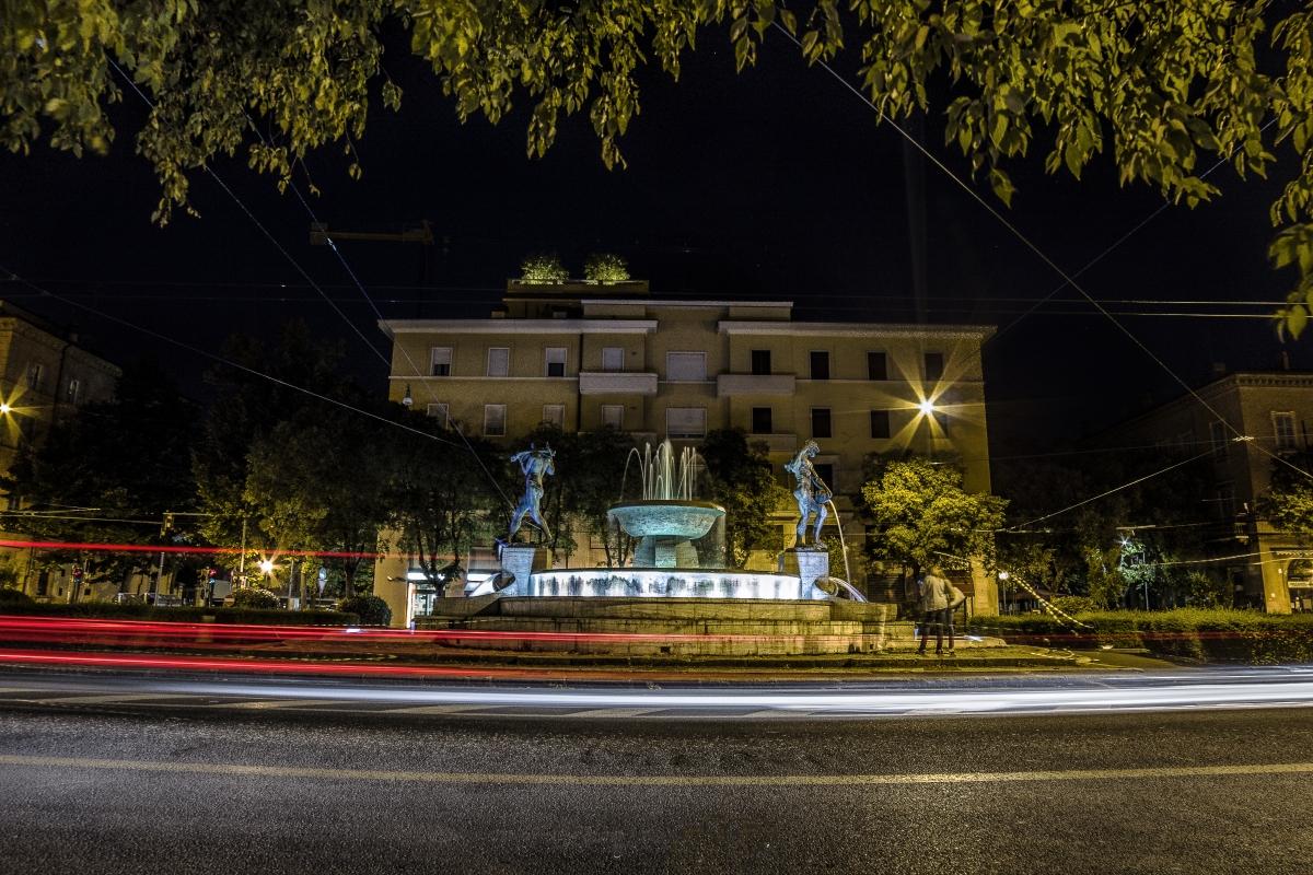 Scie di luci sotto la Fontana - Angelo nastri nacchio - Modena (MO)