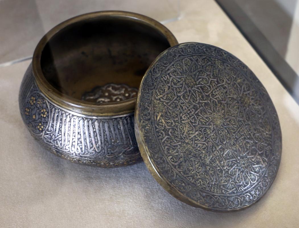 Manifattura siriana o egiziana, ciotola con coperchio, in ottone con intarsi in argento, xiii-xiv secolo - Sailko - Modena (MO)