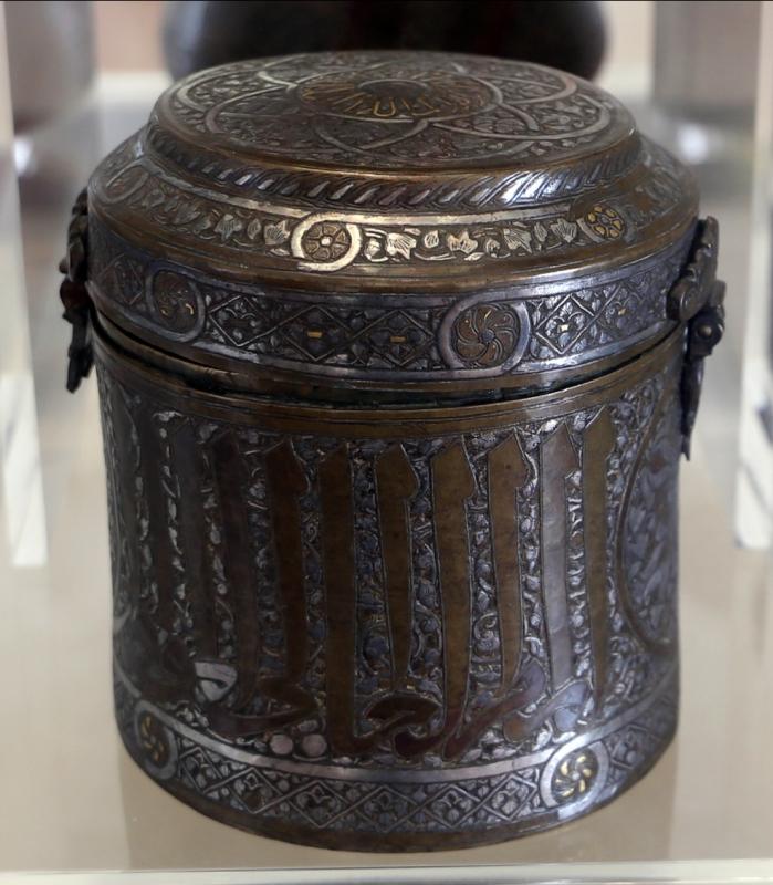 Manifattura siriana o egiziana, scatola cilindrica con coperchio, in ottone ageminato in argento, 1300-50 ca - Sailko - Modena (MO)