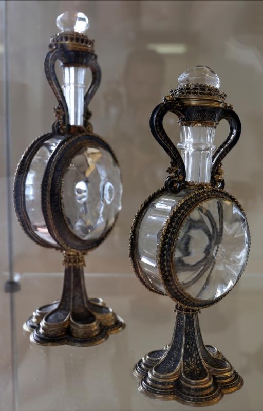 Manifattura veneziana, coppia di fiasche, in cristallo di rocca, argento e smalti, xv secolo - Sailko - Modena (MO)