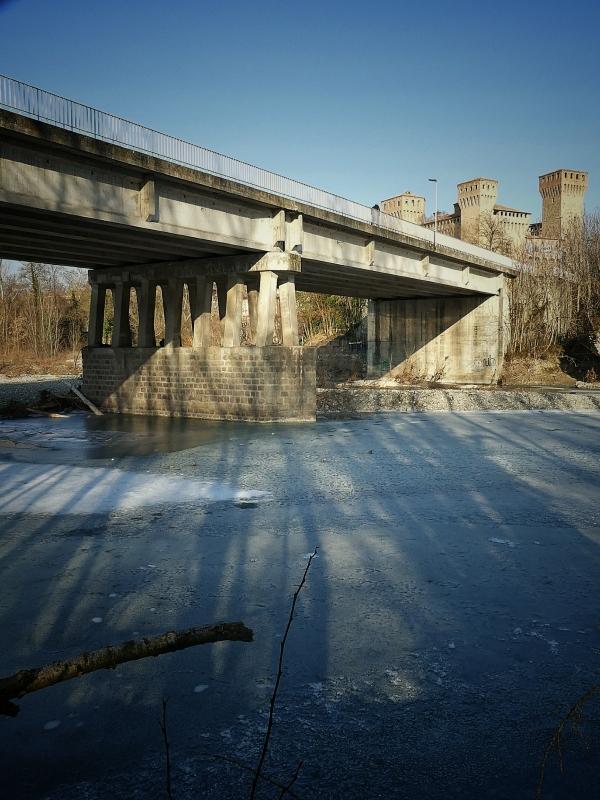 1010926-02 la Rocca con fiume ghiacciato gennaio 2017 - Massimo F. Dondi - Vignola (MO)