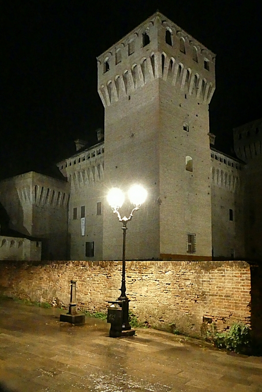 20170914225809-01 Piazza contrari con la torre del pennello in una notte buia e tempestosa - Massimo F. Dondi - Vignola (MO)