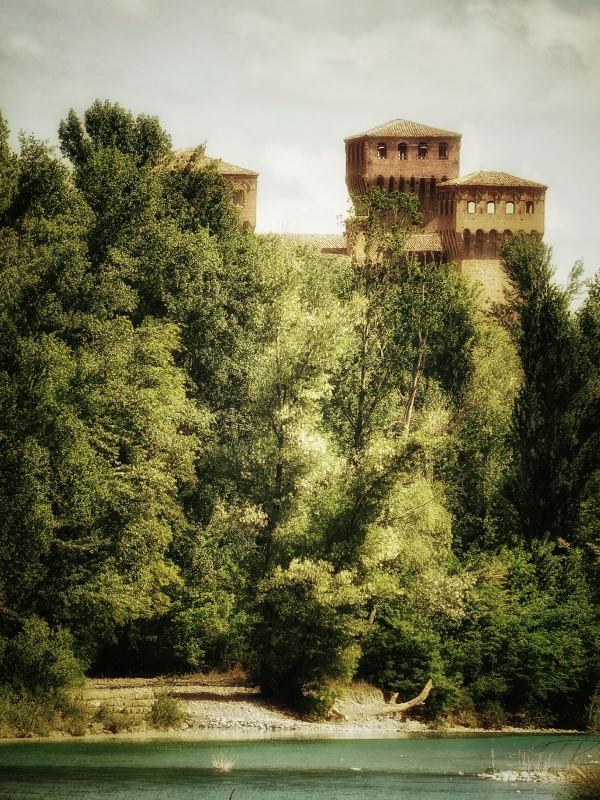 20170914225809-01 le torri della Rocca da un kilometro di distanza - Massimo F. Dondi - Vignola (MO)