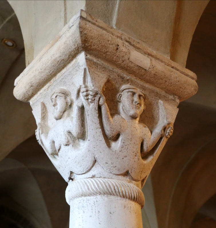 Duomo di modena, interno, capitello della cripta con sirena bicaudata maschile e femminile, scuola lombarda del 1099-1100 - Sailko - Modena (MO)