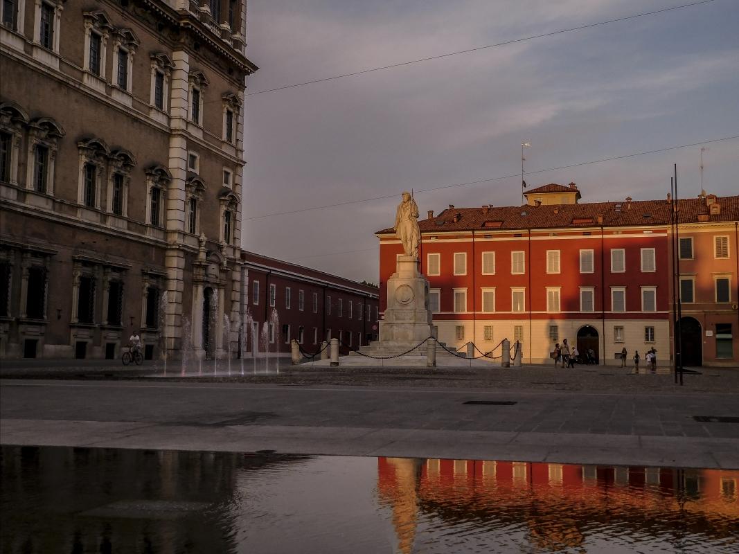 Il tramonto si specchia in piazza - Luca Nacchio - Modena (MO)