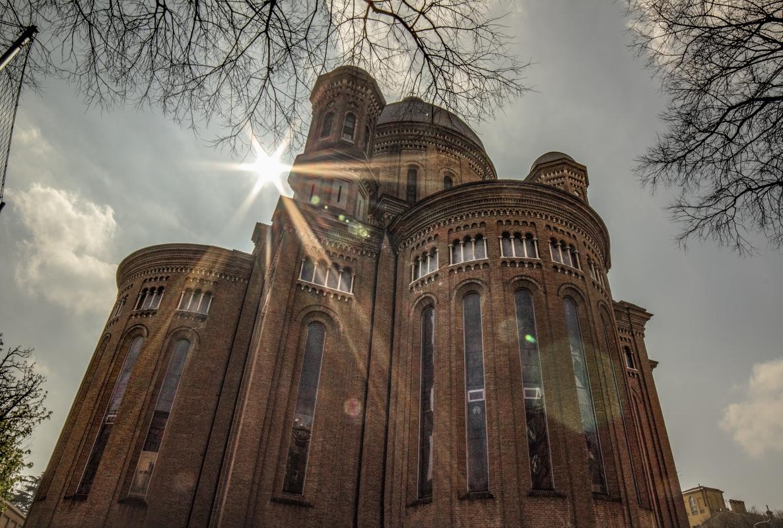 I primi raggi di luce primaverile esaltano le geometrie del Tempio Monumentale - Luca Nacchio - Modena (MO)
