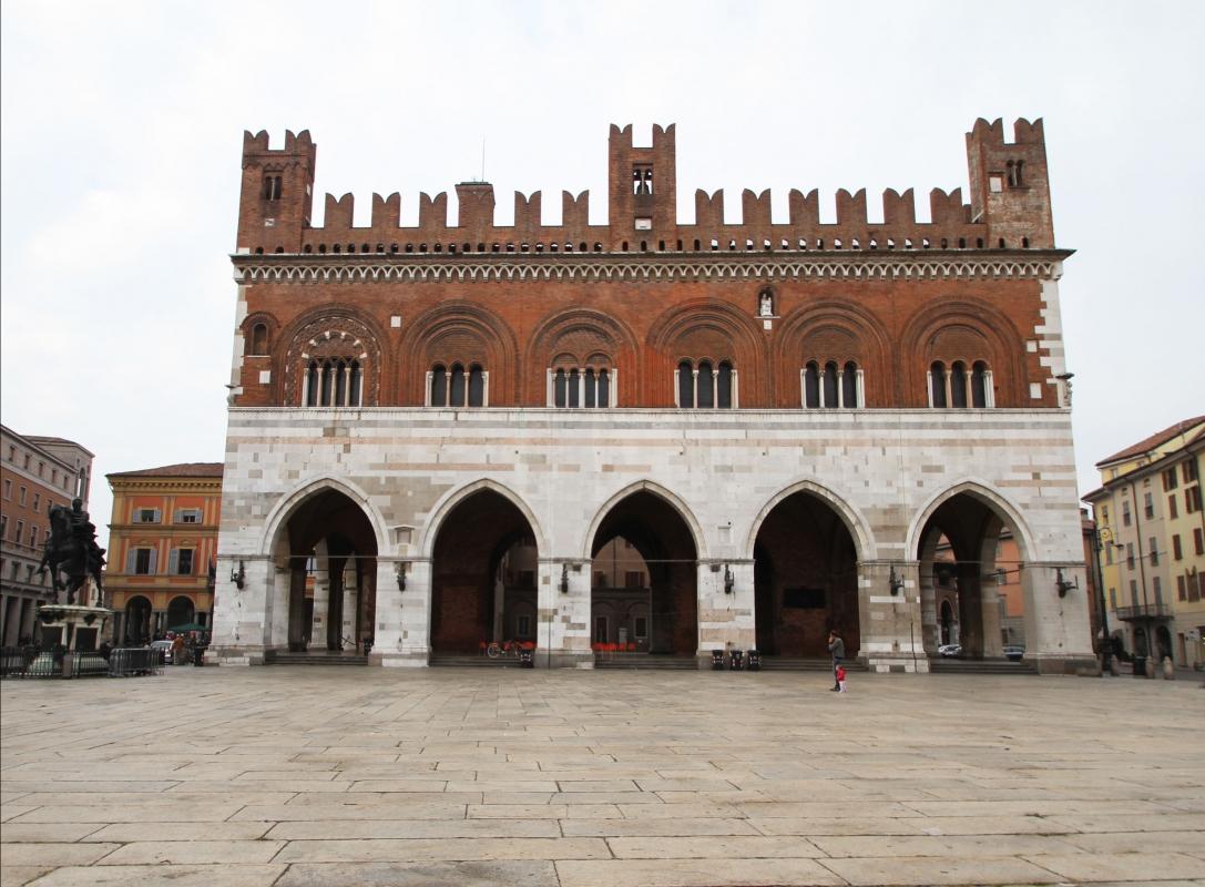 001891 palazzo gotico piazza cavalli - Gialess - Piacenza (PC)