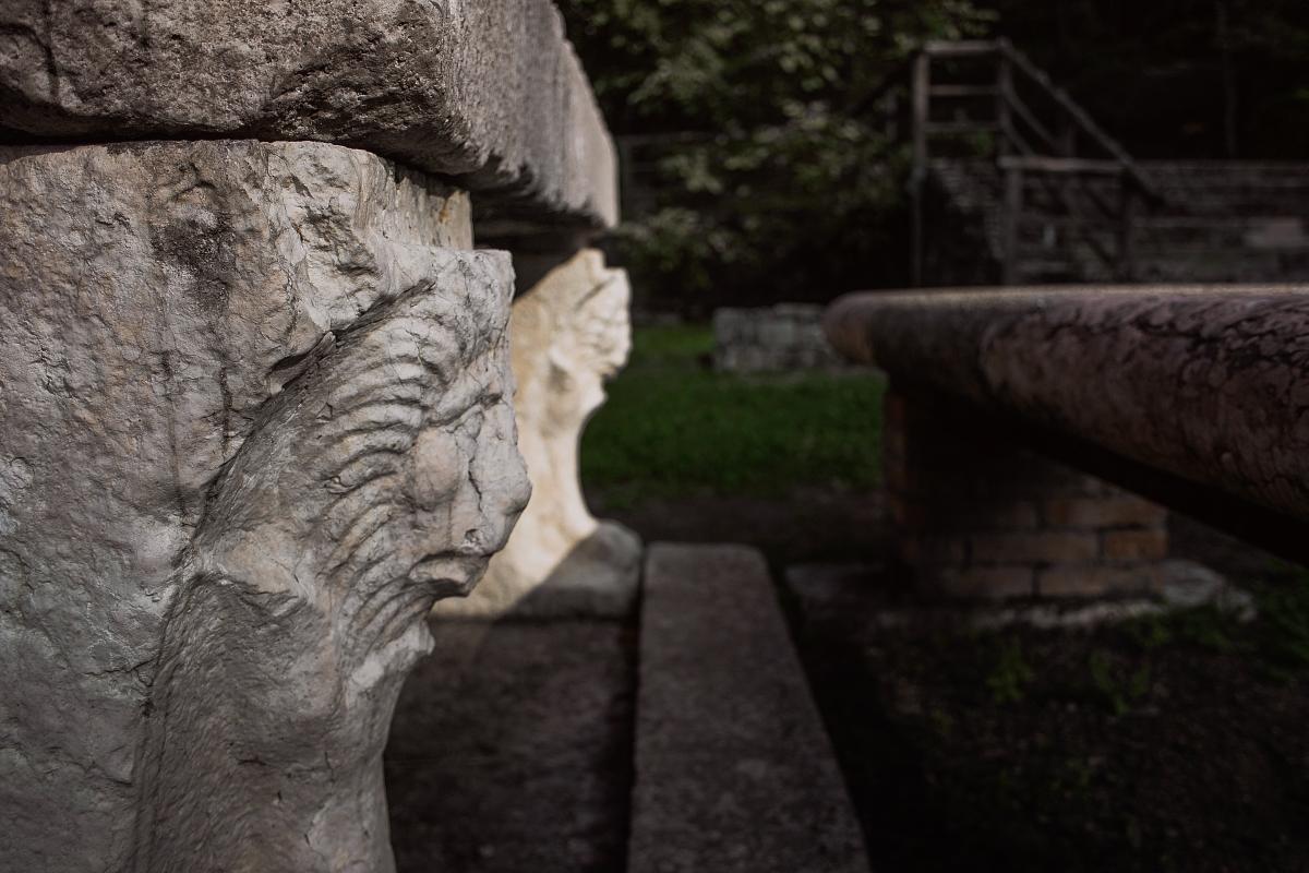 Dettaglio di tavolo in pietra - Zanire - Lugagnano Val d'Arda (PC)