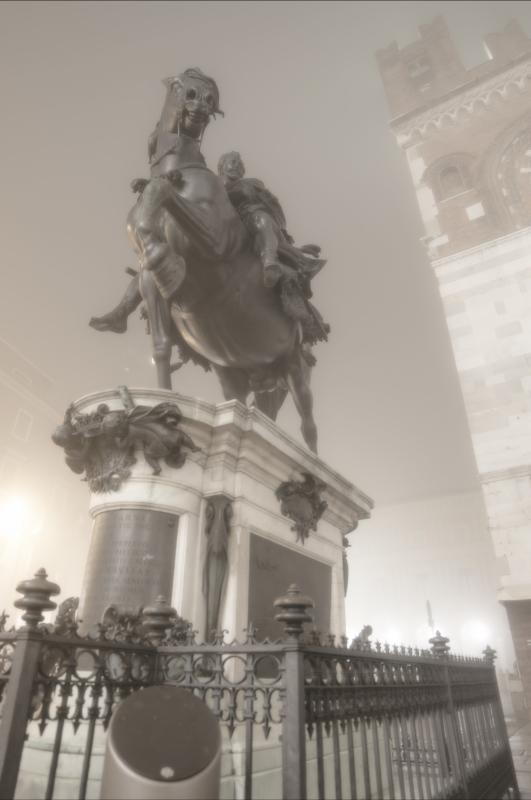 Statua equestre di Alessandro Farnese e la nebbia in centro a Piacenza - Matteo Bettini - Piacenza (PC)