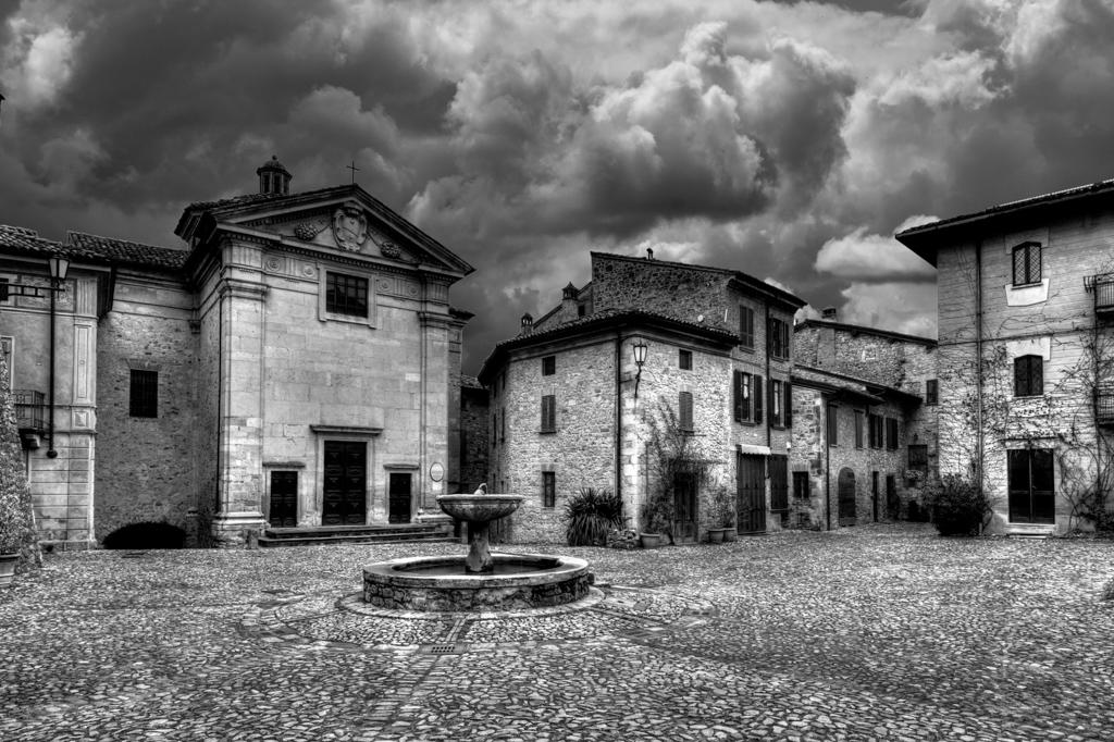 Vigoleno-la piazza del Mastio - Gilbo (Gilberti Marco) - Vernasca (PC)