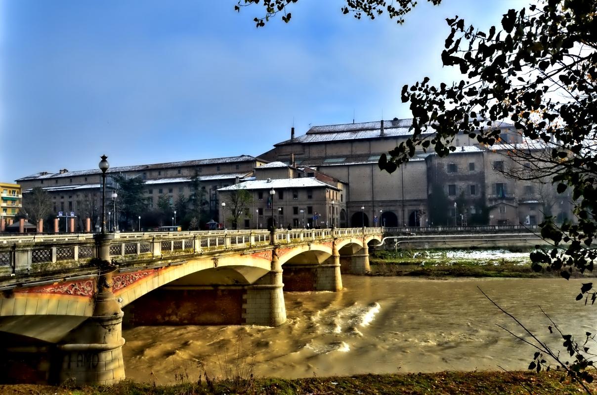 Il Palazzo della Pilotta visto dal ponte Verdi - Paperkat - Parma (PR)