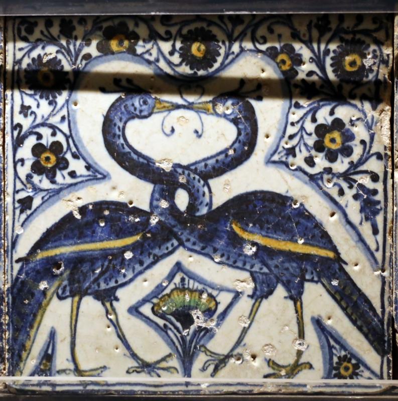 Bottega pesarese, pavimento maiolicato dal monastero di san paolo a parma, 1470-82 ca., pavoni affrontati con collo intrecciato - Sailko - Parma (PR)