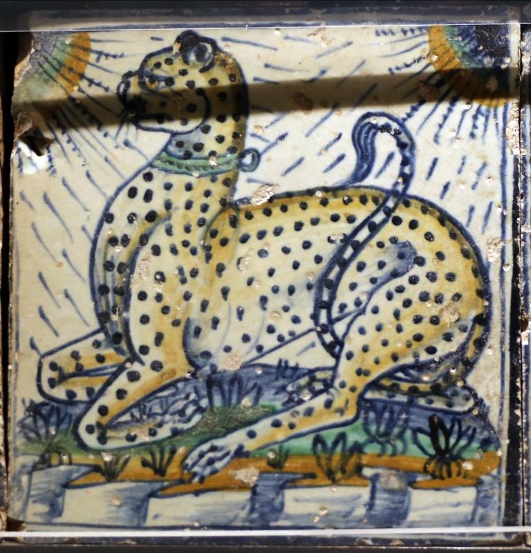 Bottega pesarese, pavimento maiolicato dal monastero di san paolo a parma, 1470-82 ca., leopardo accucciato - Sailko - Parma (PR)