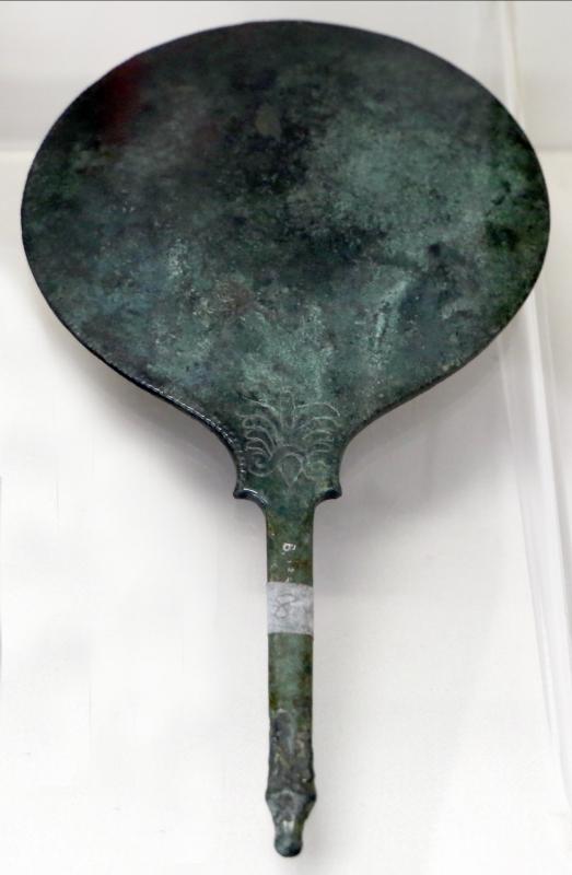 Etruria, specchio con incisioni mitologiche e manico configurato, III-II secolo ac. 08 - Sailko - Parma (PR)