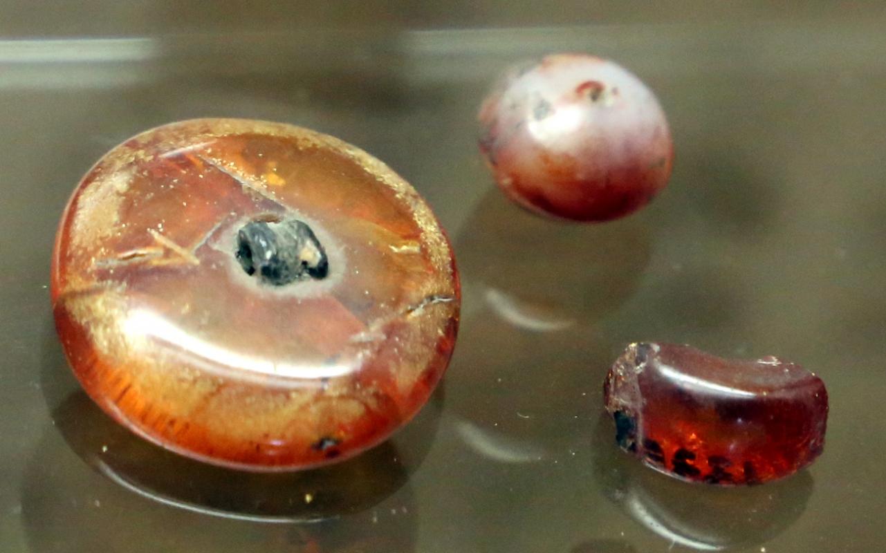 Età del bronzo medio-recente, perle in ambra, 1550-1200 ac ca, da castellazzo di fontanellarto - Sailko - Parma (PR)