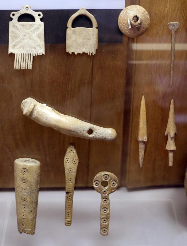 Età del bronzo medio-recente, manufatti in corno di cervo, 1550-1200 ac ca, da casaroldo di samboseto - Sailko - Parma (PR)