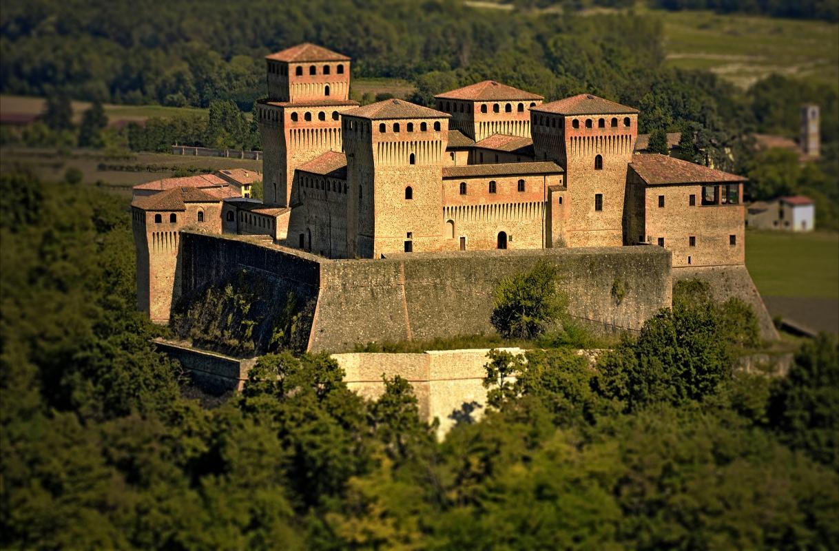 Tramonto sul castello di Pier Maria II de' Rossi - Carlo grifone - Langhirano (PR)