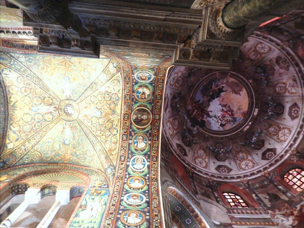 La cupola affrescata e la volta con decorazione musiva del presbiterio - Sofia Pan - Ravenna (RA)