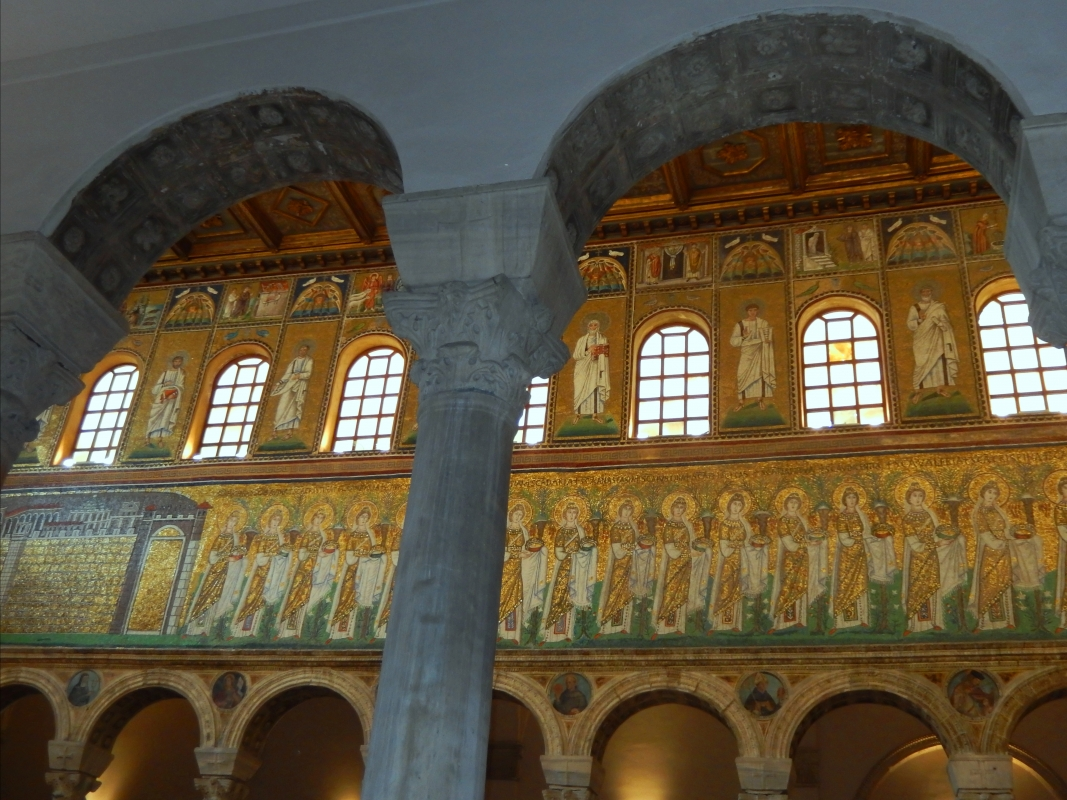 I mosaici dorati tra grigie colonne - Sofia Pan - Ravenna (RA)