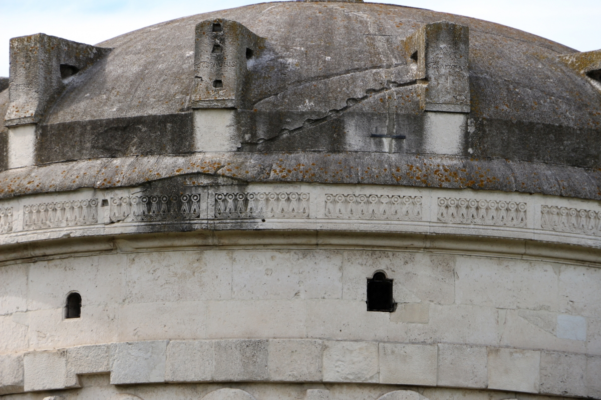 Mausoleo di teodorico, esterno, fregio a tenaglia 01 - Sailko - Ravenna (RA)