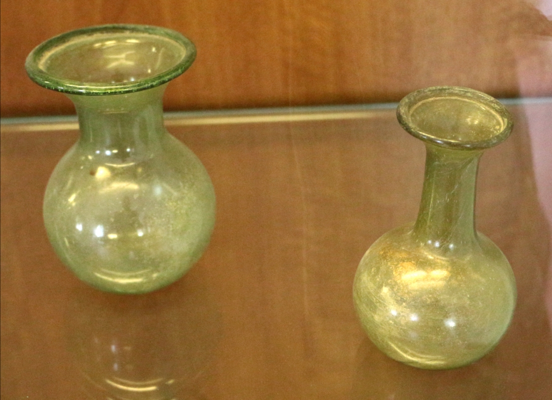 Due fiaschette in vetro verde oliva con orlo del collo rivoltato all'esterno, III secolo - Sailko - Ravenna (RA)